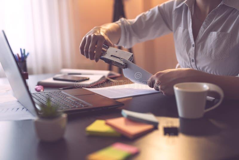 Επιχειρηματίας που χρησιμοποιεί stapler στοκ εικόνες