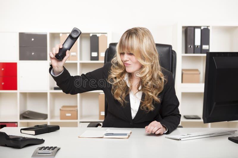 Επιχειρηματίας που χτυπά κάτω από το τηλέφωνο στοκ εικόνες