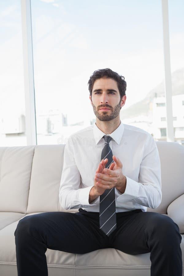 Επιχειρηματίας που χτυπά καθμένος στοκ εικόνες με δικαίωμα ελεύθερης χρήσης