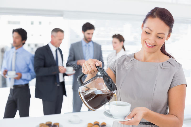 Επιχειρηματίας που χύνεται κάποιο καφέ στοκ φωτογραφίες με δικαίωμα ελεύθερης χρήσης