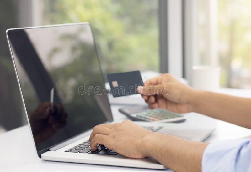 Επιχειρηματίας που ψωνίζει on-line με την επιχείρηση, μικτά μέσα στοκ εικόνες με δικαίωμα ελεύθερης χρήσης