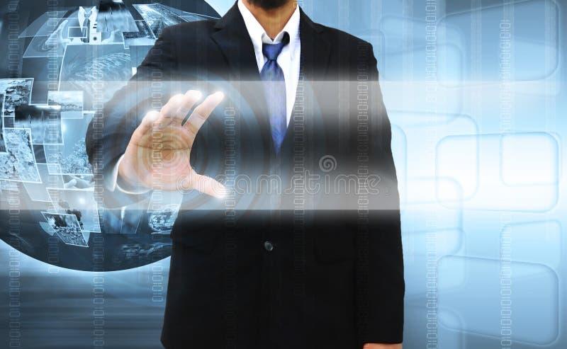 Επιχειρηματίας που ωθεί μια οθόνη αφής απεικόνιση αποθεμάτων