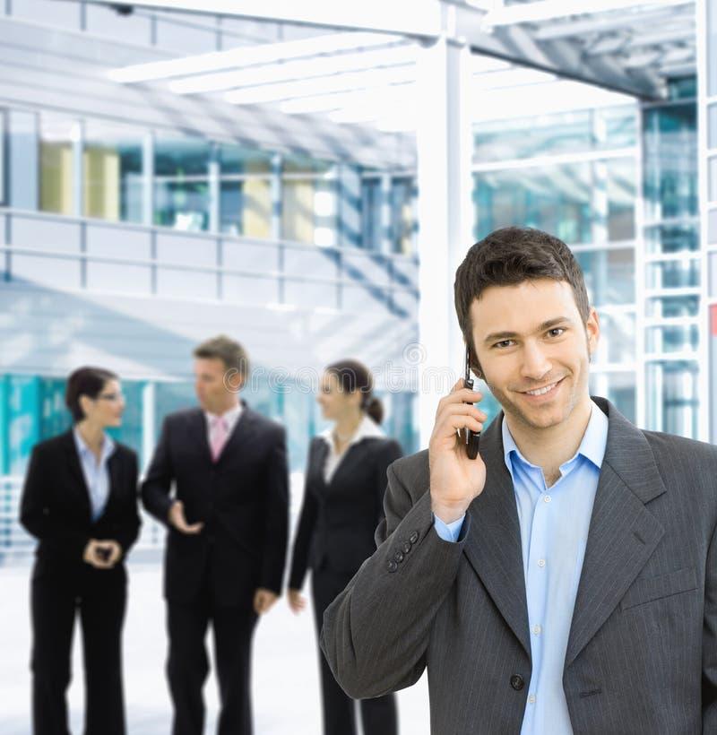 Επιχειρηματίας σε κινητό στοκ φωτογραφία