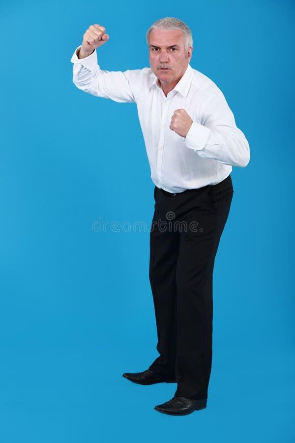 Επιχειρηματίας σε μια θέση πάλης. στοκ φωτογραφία με δικαίωμα ελεύθερης χρήσης