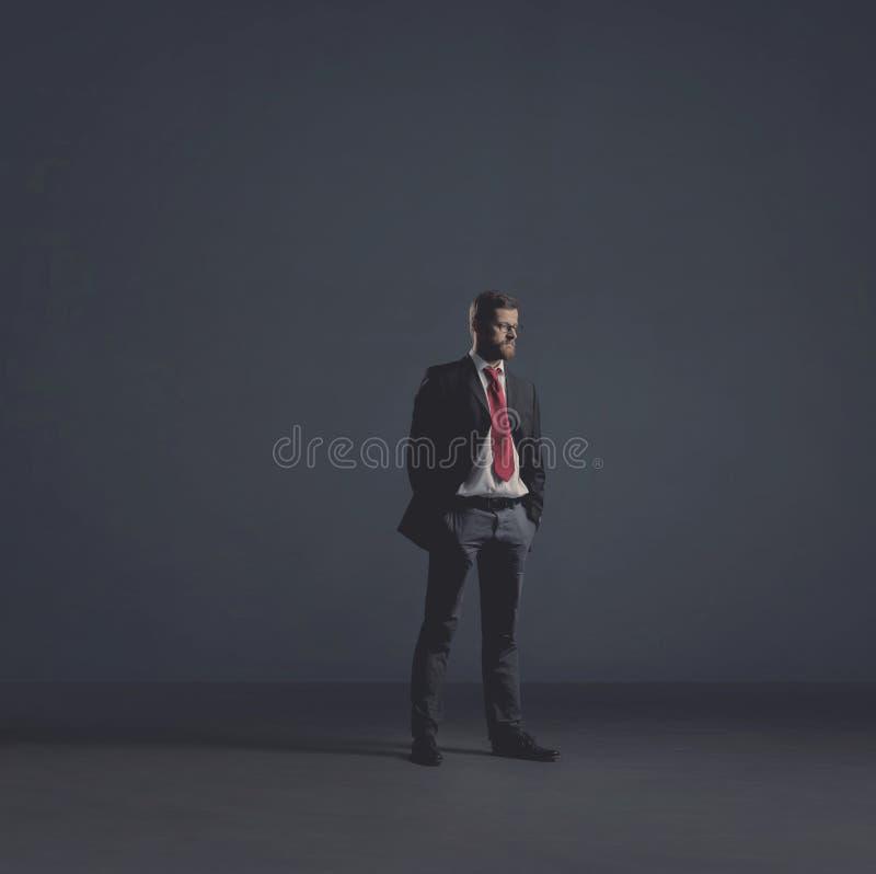 Επιχειρηματίας σε formalwear πέρα από το σκοτεινό υπόβαθρο Επιχείρηση, χρηματοδότηση, σταδιοδρομία και έννοια γραφείων στοκ εικόνες