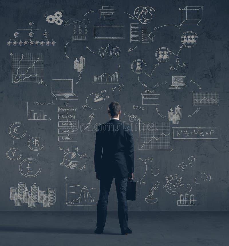 Επιχειρηματίας σε formalwear πέρα από το σκοτεινό υπόβαθρο Επιχείρηση, χρηματοδότηση, σταδιοδρομία και έννοια γραφείων στοκ φωτογραφίες