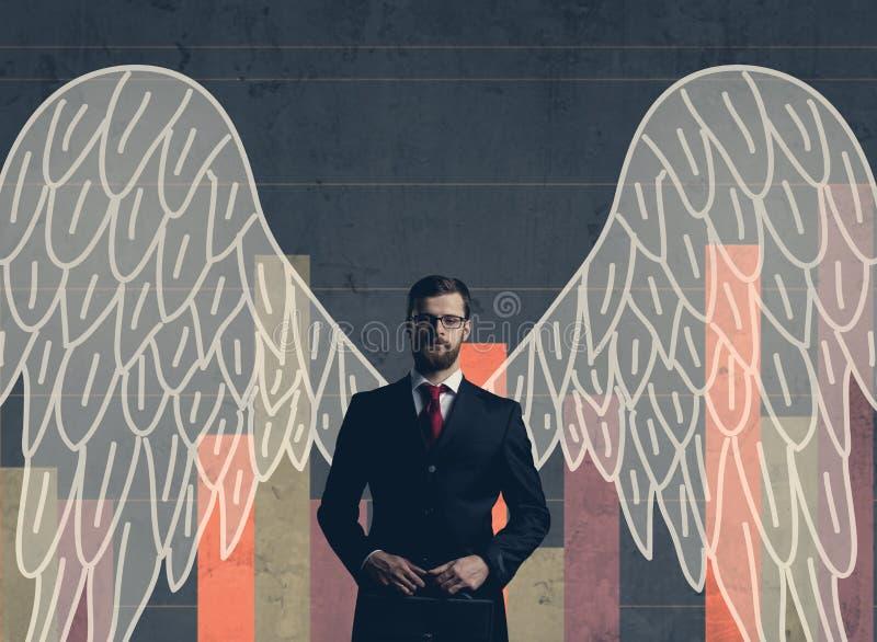 Επιχειρηματίας σε formalwear πέρα από το σκοτεινό υπόβαθρο Επιχείρηση, χρηματοδότηση, σταδιοδρομία και έννοια γραφείων στοκ φωτογραφία