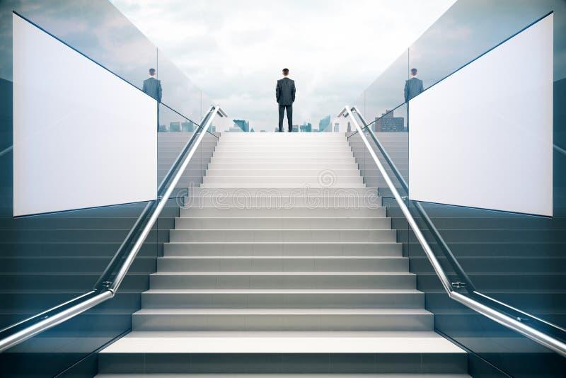 Επιχειρηματίας στα άσπρα σκαλοπάτια στοκ φωτογραφία με δικαίωμα ελεύθερης χρήσης