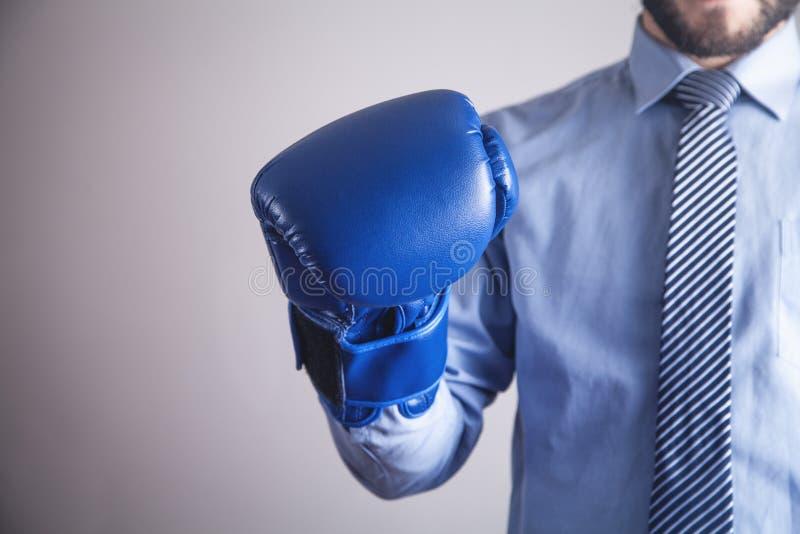 Επιχειρηματίας στα εγκιβωτίζοντας γάντια Επιχείρηση, δύναμη, αθλητισμός στοκ φωτογραφίες