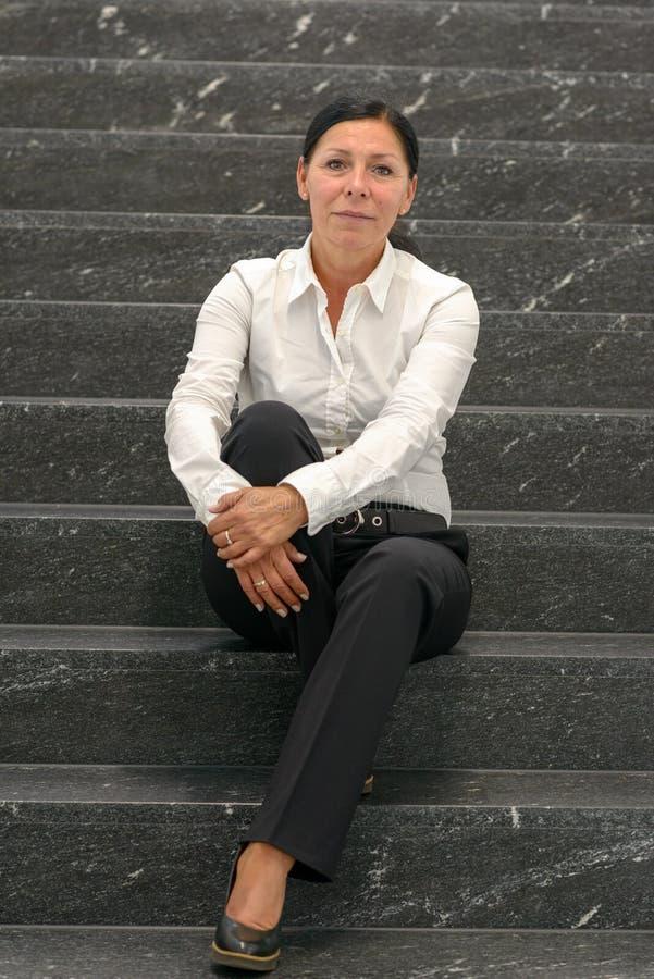 Επιχειρηματίας στην άσπρη συνεδρίαση πουκάμισων στα σκαλοπάτια στοκ φωτογραφίες με δικαίωμα ελεύθερης χρήσης