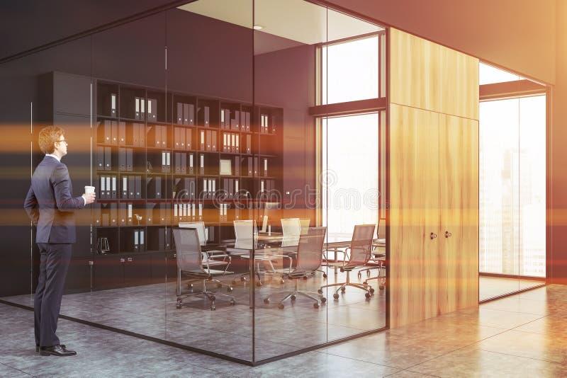 Επιχειρηματίας στην αίθουσα γραφείων με την αίθουσα συνεδριάσεων στοκ εικόνες