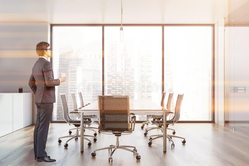 Επιχειρηματίας στην αίθουσα συνεδριάσεων των γραφείων στοκ εικόνα με δικαίωμα ελεύθερης χρήσης