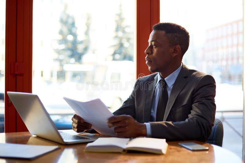 Επιχειρηματίας στην αρχή στοκ εικόνα με δικαίωμα ελεύθερης χρήσης