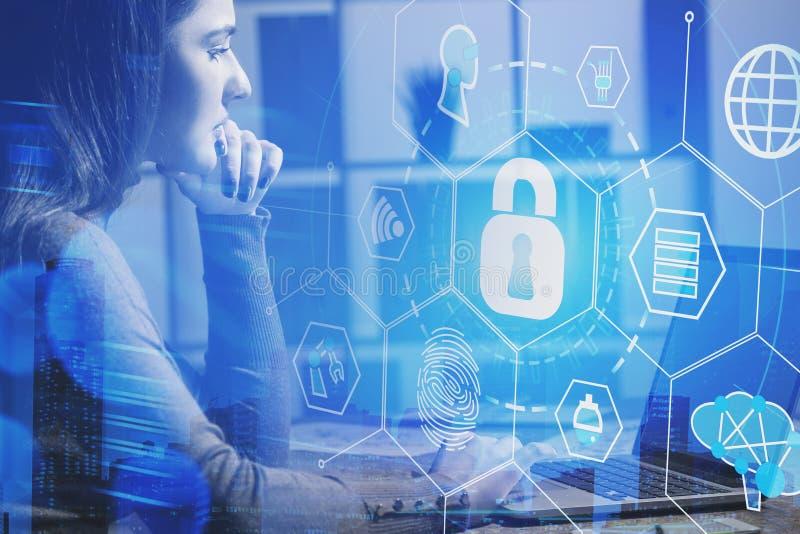 Επιχειρηματίας στην αρχή, cyber διεπαφή ασφάλειας στοκ εικόνες