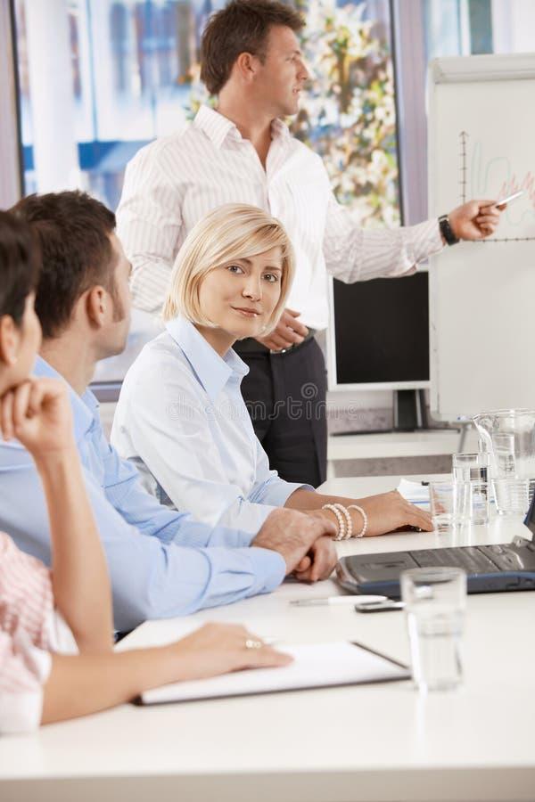 Download Επιχειρηματίας στην επιχειρησιακή συνεδρίαση Στοκ Εικόνα - εικόνα από μοιχαλίδα, ενημερώσεων: 22784725