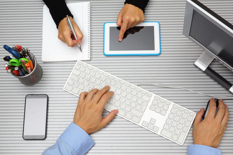 Επιχειρηματίας στην εργασία επιχειρηματιών μαζί στην αρχή Χρησιμοποίηση του τ στοκ εικόνες