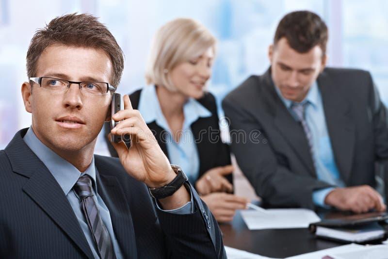 Επιχειρηματίας στην κλήση στοκ εικόνες με δικαίωμα ελεύθερης χρήσης