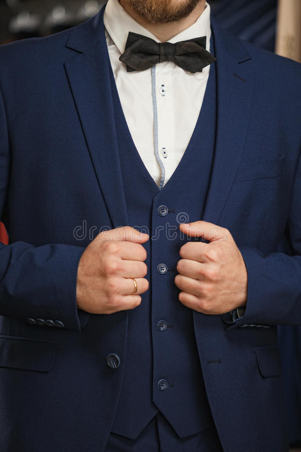 Επιχειρηματίας στην κλασική φανέλλα ενάντια στη σειρά των κοστουμιών στο κατάστημα Ένα νέο μοντέρνο άτομο σε ένα μαύρο σακάκι υφα στοκ φωτογραφίες με δικαίωμα ελεύθερης χρήσης