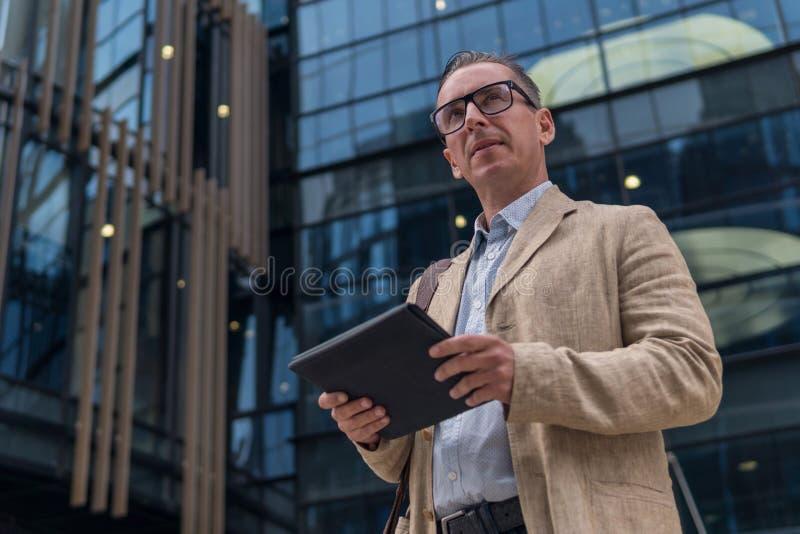 Επιχειρηματίας στην περιστασιακή ένδυση με το PC ταμπλετών στοκ εικόνες με δικαίωμα ελεύθερης χρήσης