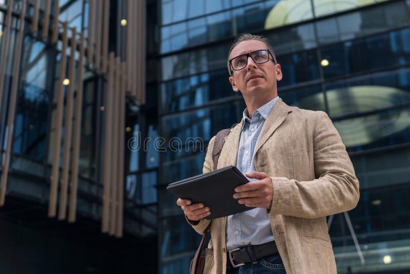 Επιχειρηματίας στην περιστασιακή ένδυση με το PC ταμπλετών στοκ εικόνα με δικαίωμα ελεύθερης χρήσης