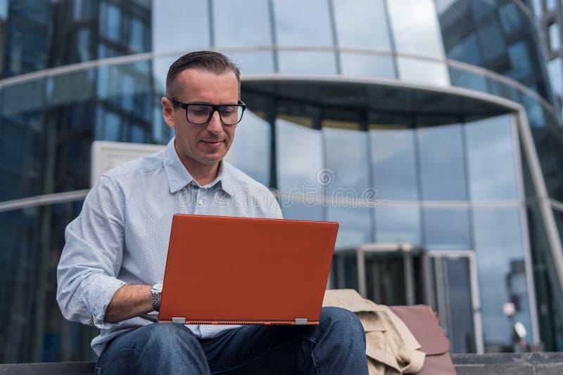 Επιχειρηματίας στην περιστασιακή εργασία στο lap-top στοκ φωτογραφία με δικαίωμα ελεύθερης χρήσης