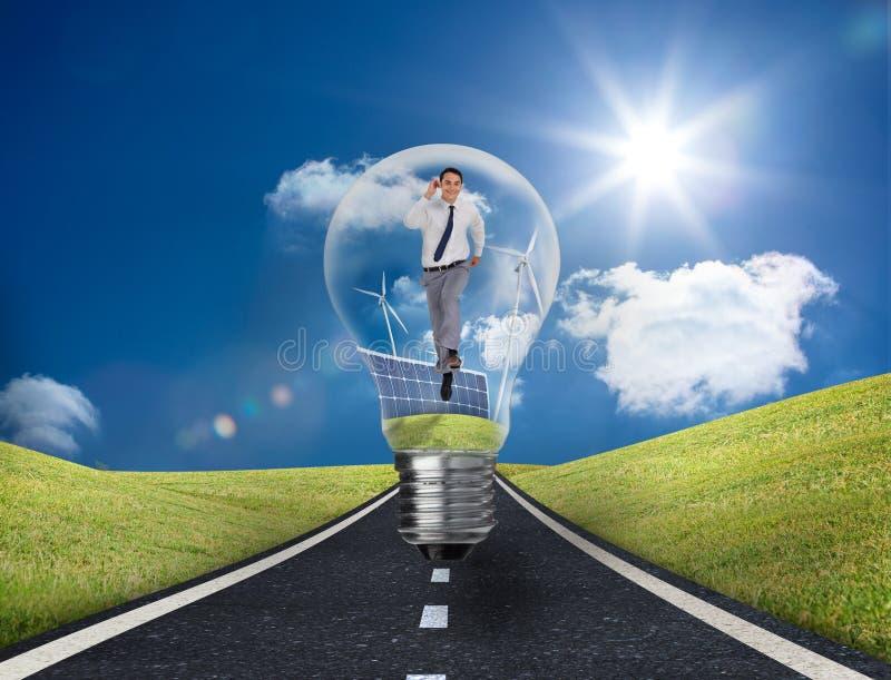 Επιχειρηματίας στη λάμπα φωτός με τους ανεμοστροβίλους και τα ηλιακά πλαίσια στοκ φωτογραφία με δικαίωμα ελεύθερης χρήσης