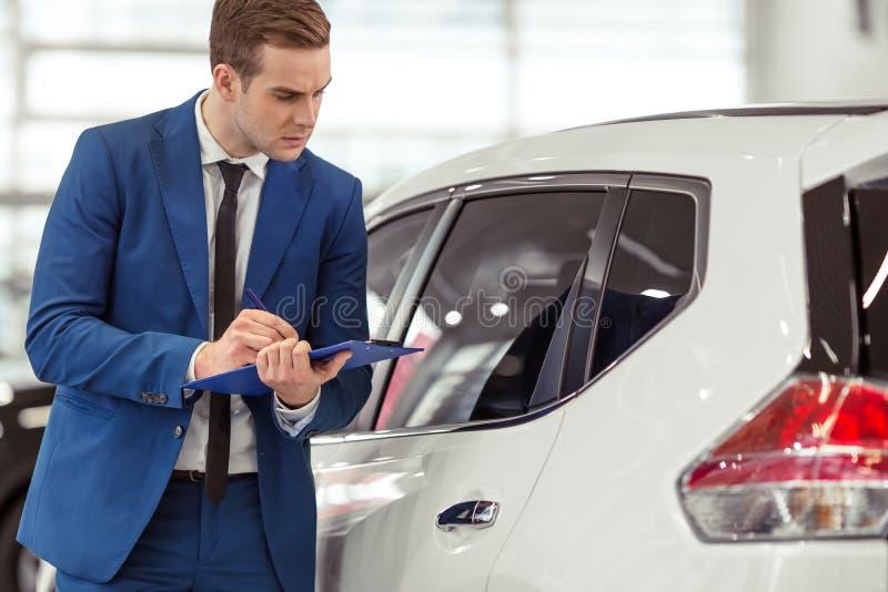 Επιχειρηματίας στη έκθεση αυτοκινήτου στοκ εικόνες με δικαίωμα ελεύθερης χρήσης