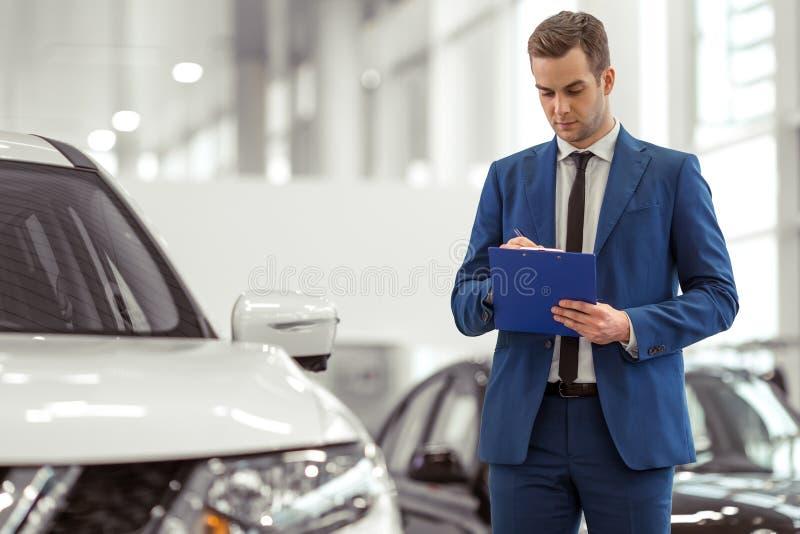Επιχειρηματίας στη έκθεση αυτοκινήτου στοκ εικόνα με δικαίωμα ελεύθερης χρήσης