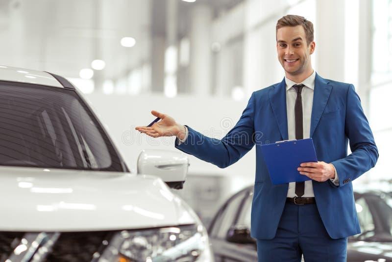 Επιχειρηματίας στη έκθεση αυτοκινήτου στοκ φωτογραφία με δικαίωμα ελεύθερης χρήσης