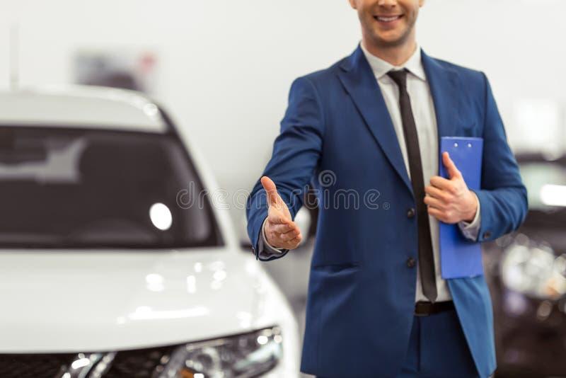Επιχειρηματίας στη έκθεση αυτοκινήτου στοκ εικόνα
