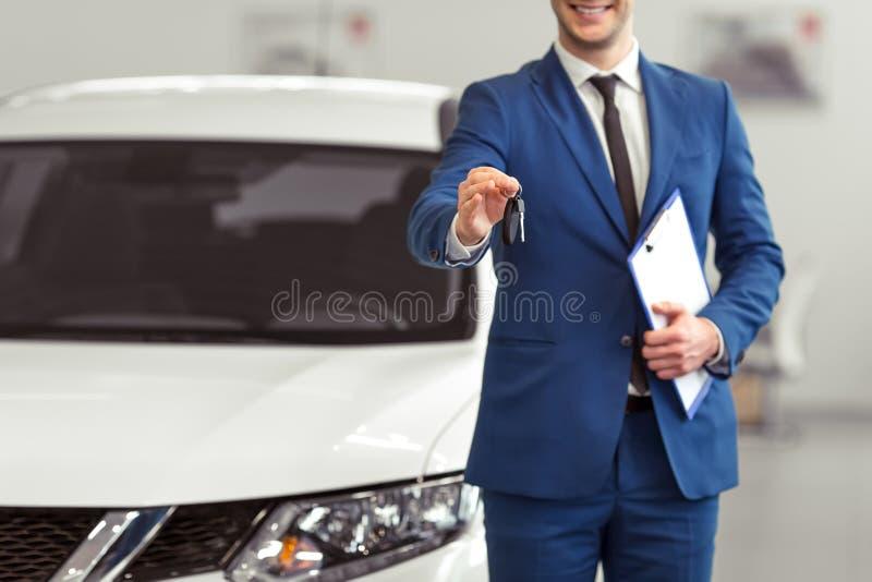 Επιχειρηματίας στη έκθεση αυτοκινήτου στοκ εικόνες