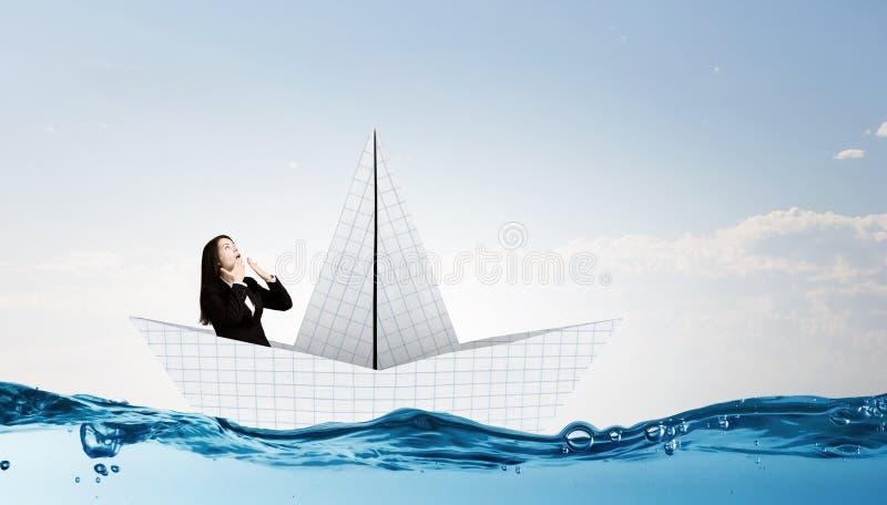 Επιχειρηματίας στη βάρκα φιαγμένη από έγγραφο στοκ εικόνα