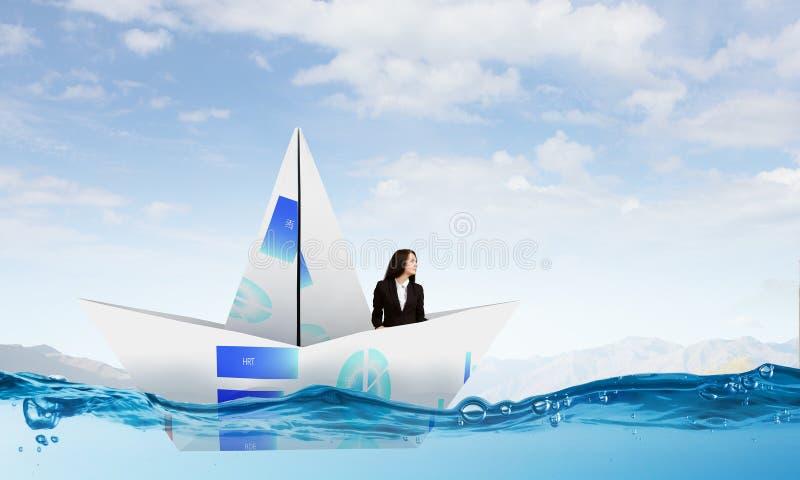 Επιχειρηματίας στη βάρκα φιαγμένη από έγγραφο στοκ εικόνες με δικαίωμα ελεύθερης χρήσης