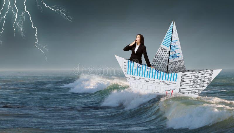 Επιχειρηματίας στη βάρκα φιαγμένη από έγγραφο στοκ φωτογραφίες