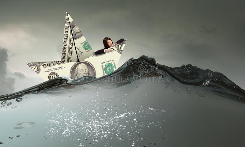 Επιχειρηματίας στη βάρκα φιαγμένη από τραπεζογραμμάτιο δολαρίων στοκ εικόνα