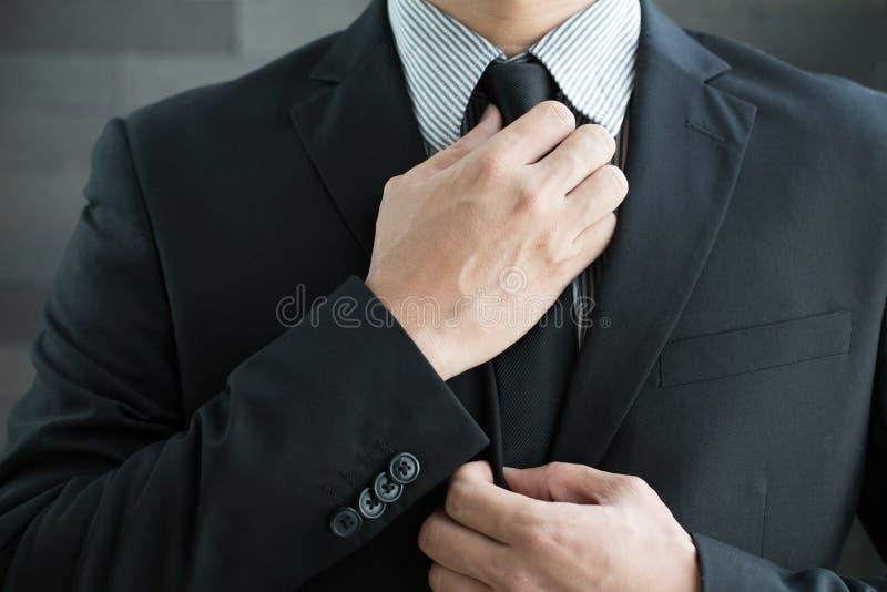 Επιχειρηματίας στη γραβάτα κοστουμιών και δεσμών στοκ εικόνα