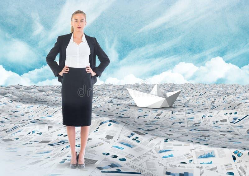 Επιχειρηματίας στη θάλασσα των εγγράφων κάτω από τα σύννεφα ουρανού με τη βάρκα εγγράφου στοκ φωτογραφία με δικαίωμα ελεύθερης χρήσης