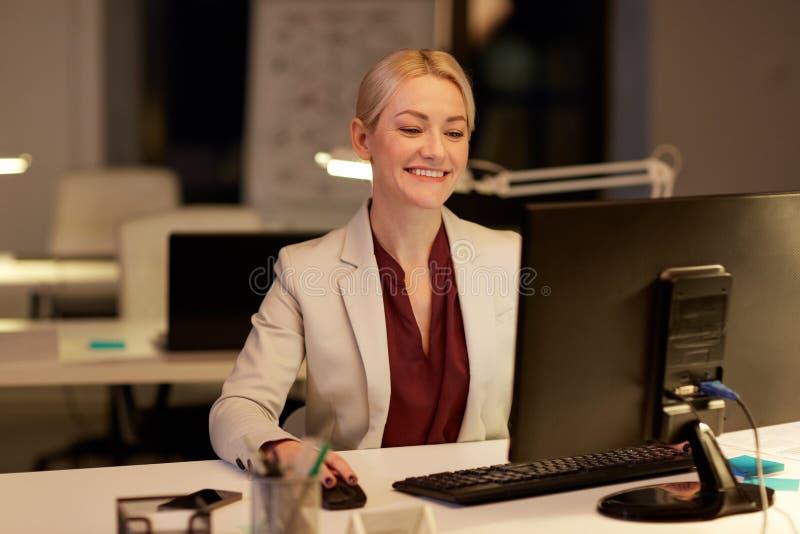 Επιχειρηματίας στον υπολογιστή που λειτουργεί τη νύχτα το γραφείο στοκ εικόνες