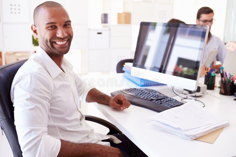 Επιχειρηματίας στον υπολογιστή στην αρχή της επιχείρησης ξεκινήματος στοκ εικόνες με δικαίωμα ελεύθερης χρήσης