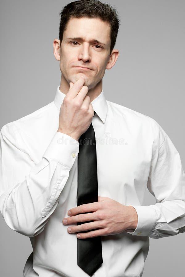 Επιχειρηματίας στο άσπρο πουκάμισο στο γκρίζο υπόβαθρο. στοκ εικόνες