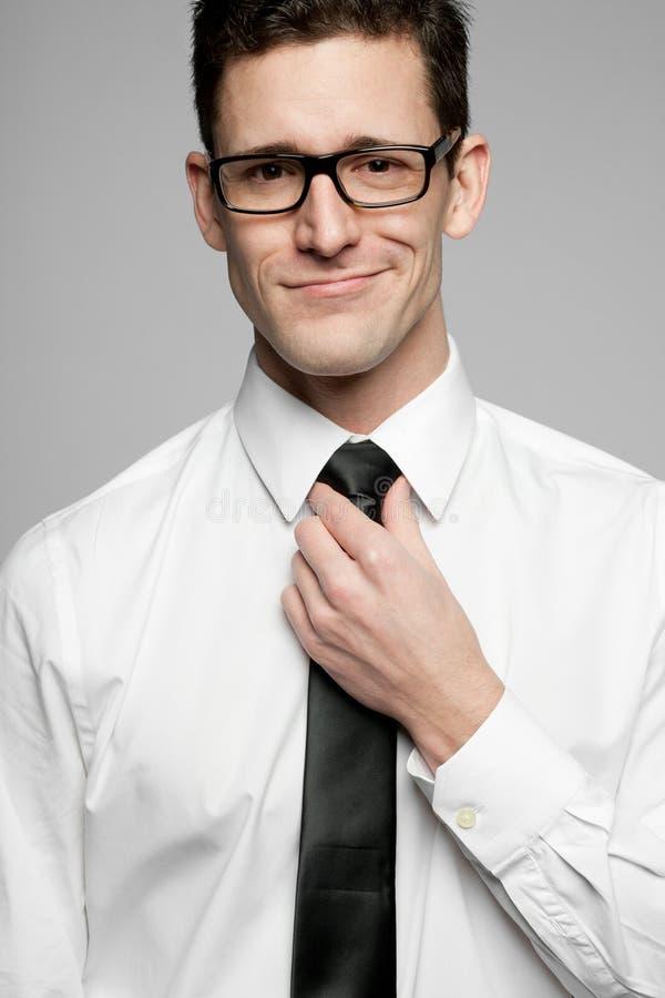 Επιχειρηματίας στο άσπρο πουκάμισο στο γκρίζο υπόβαθρο. στοκ εικόνες με δικαίωμα ελεύθερης χρήσης