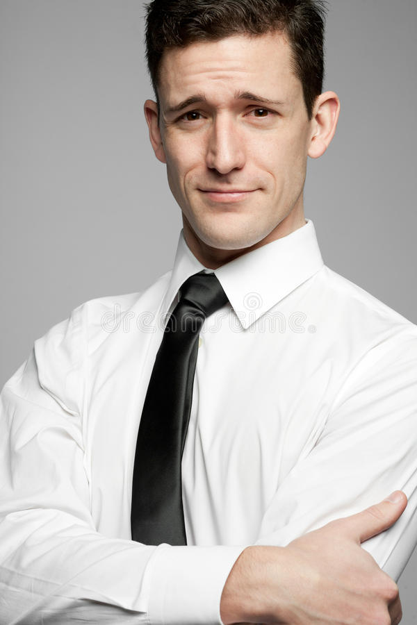 Επιχειρηματίας στο άσπρο πουκάμισο στο γκρίζο υπόβαθρο. στοκ φωτογραφία με δικαίωμα ελεύθερης χρήσης