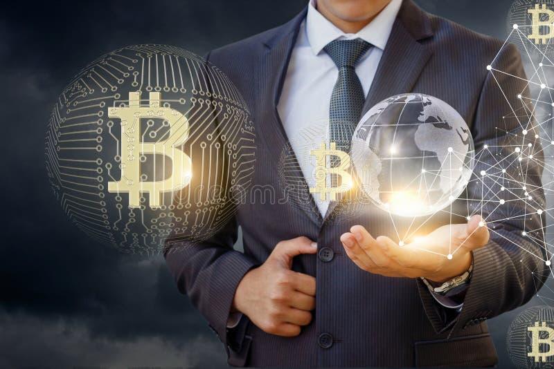 Επιχειρηματίας στο δίκτυο με το bitcoin στοκ εικόνες