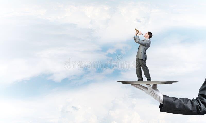Επιχειρηματίας στο δίσκο μετάλλων που παίζει fife στο κλίμα μπλε ουρανού στοκ φωτογραφία