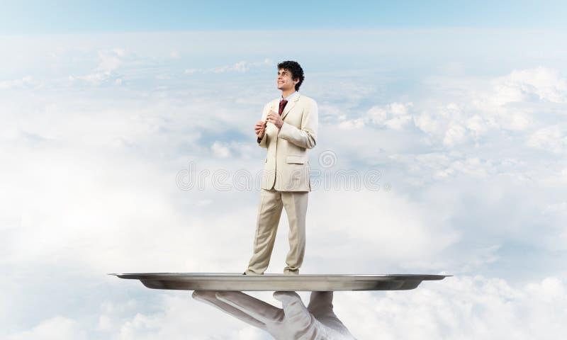 Επιχειρηματίας στο δίσκο μετάλλων που παίζει fife στο κλίμα μπλε ουρανού στοκ εικόνες