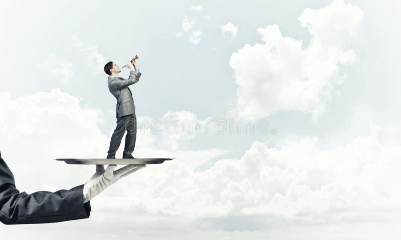 Επιχειρηματίας στο δίσκο μετάλλων που παίζει fife στο κλίμα μπλε ουρανού στοκ φωτογραφίες με δικαίωμα ελεύθερης χρήσης