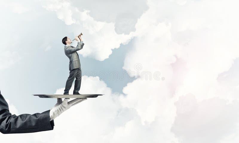 Επιχειρηματίας στο δίσκο μετάλλων που παίζει fife στο κλίμα μπλε ουρανού στοκ εικόνα με δικαίωμα ελεύθερης χρήσης