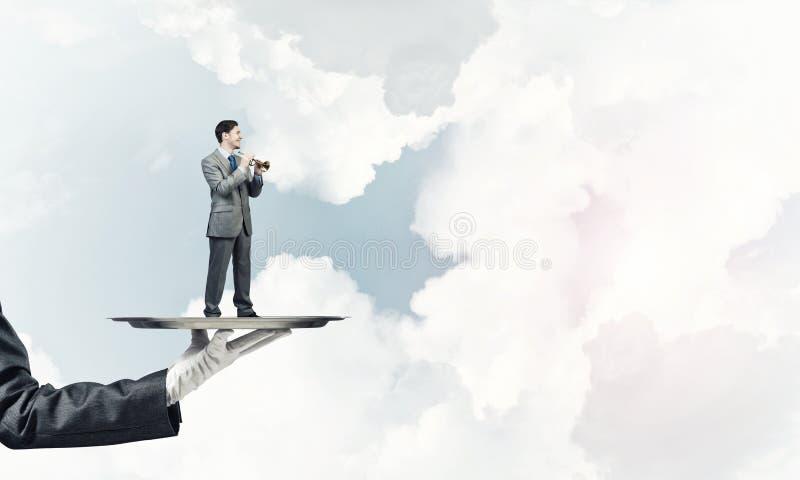 Επιχειρηματίας στο δίσκο μετάλλων που παίζει fife στο κλίμα μπλε ουρανού στοκ φωτογραφία με δικαίωμα ελεύθερης χρήσης