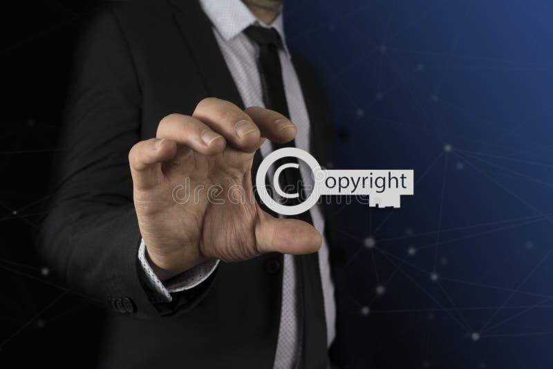 Επιχειρηματίας στο βασικό εικονίδιο πνευματικών δικαιωμάτων χεριών του πέρα από τη θαμπάδα ζωηρόχρωμη, τα πνευματικά δικαιώματα κ στοκ εικόνα με δικαίωμα ελεύθερης χρήσης