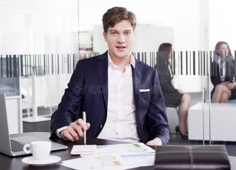 Επιχειρηματίας στο γραφείο που εξετάζει τη κάμερα στοκ φωτογραφία με δικαίωμα ελεύθερης χρήσης